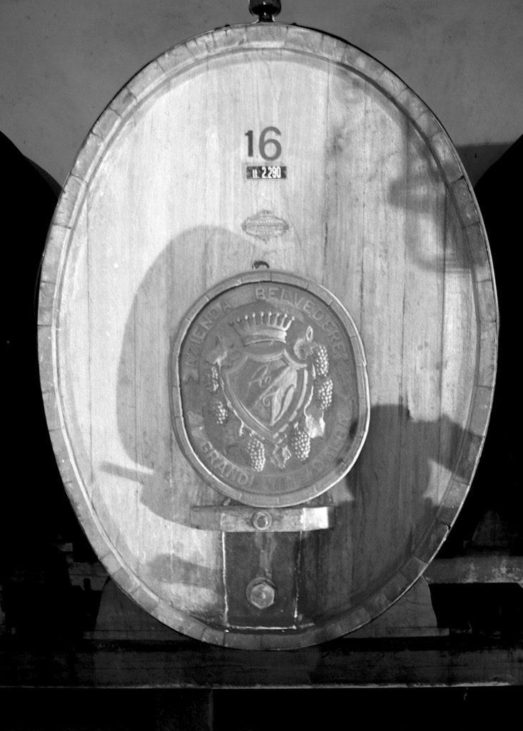 botte di vino in legno con simbolo della cantina Achille Viglione