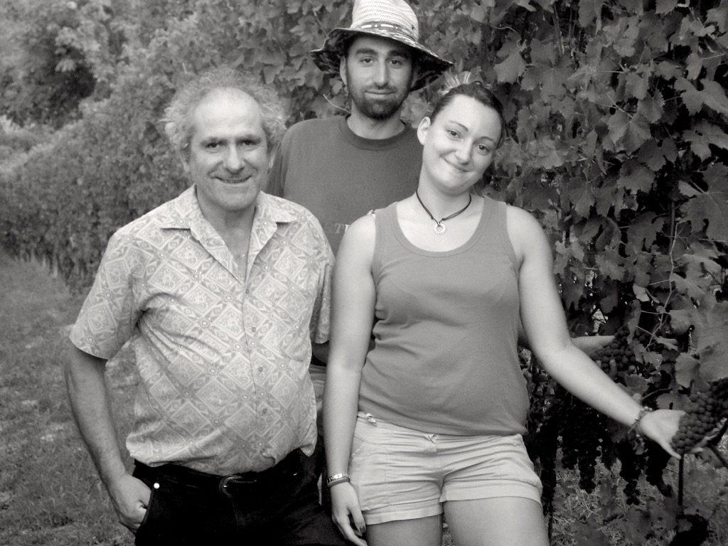 la famiglia viglione al lavoro nel vigneto con grappoli d'uva